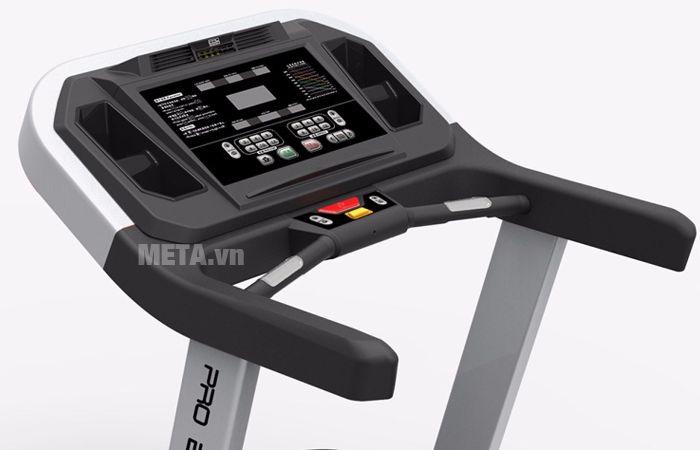 Máy chạy bộ điện cỡ lớn Impulse PT300H có cảm biến đo nhịp tim ở tay cầm phía trước mặt.