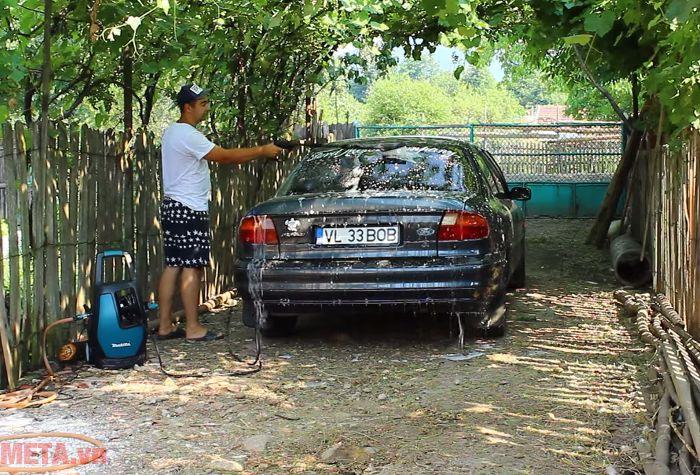 Máy xịt áp lực cao Makita HW111 có đầu bàn chải đi kèm giúp bạn chà xà phòng lên xe hiệu quả.