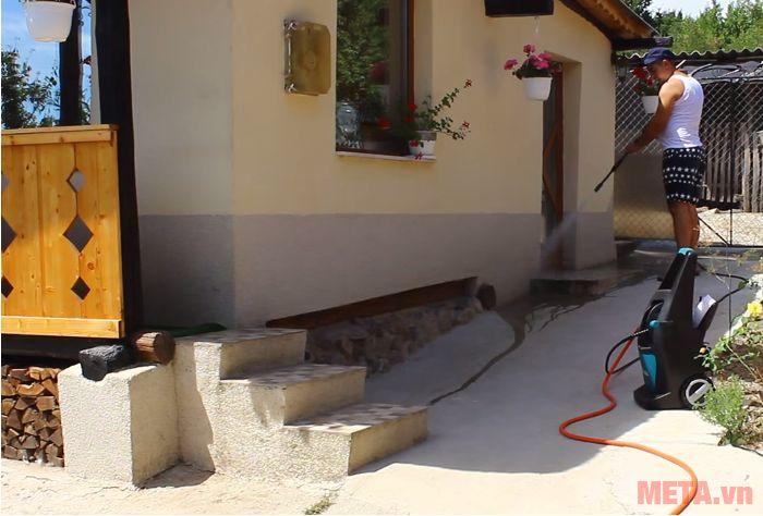 Máy xịt áp lực cao Makita HW111 xịt rửa sân cực sạch