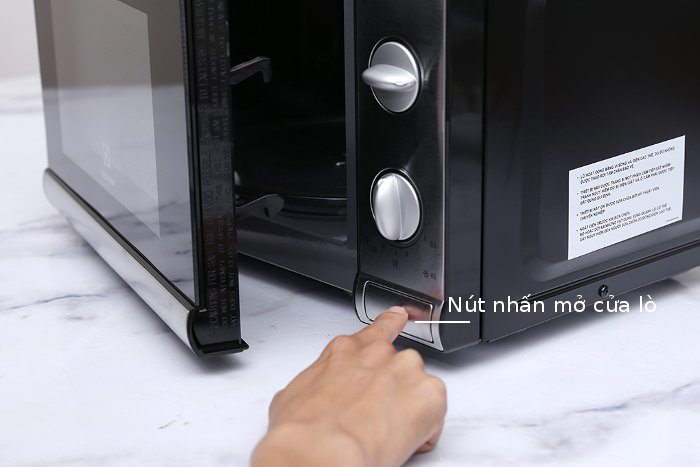 Lò vi sóng Electrolux EMM2026MX mở cửa bằng cách nhấn nút bên cạnh