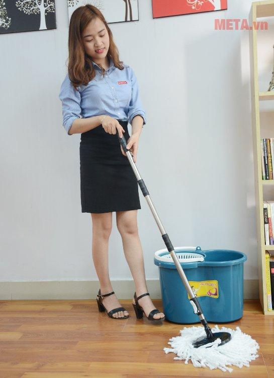Phần chốt trượt của thân cay lau nhà có thể được bật tắt dễ dàng với phần khoá cài tiện lợi.