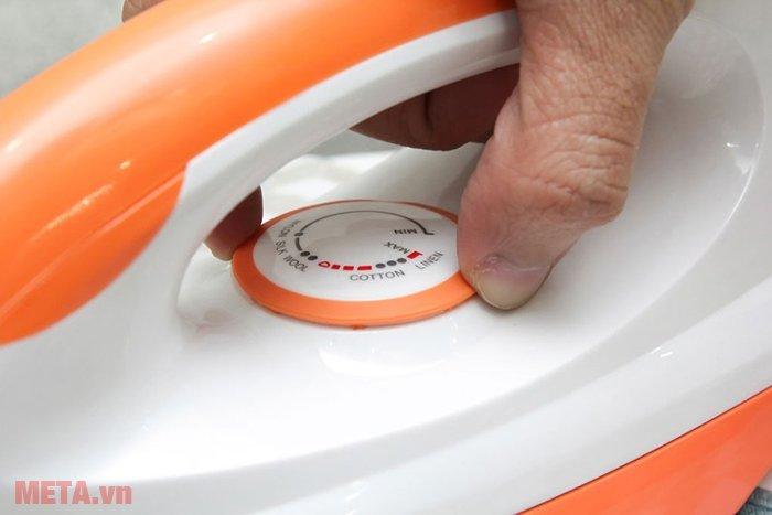 Núm vặn điều chỉnh nhiệt độ với từng loại vải của bàn là khô Sunhouse SHDI1070