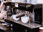 So sánh máy pha cà phê tự động và máy bán tự động