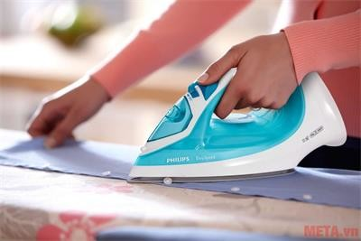 Bàn là hơi nước Philips GC1028 giúp chị em ủi quần áo phẳng nhanh chóng.