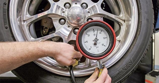 Máy bơm hơi lốp ô tô mini cá nhân có chức năng đo được áp suất lốp