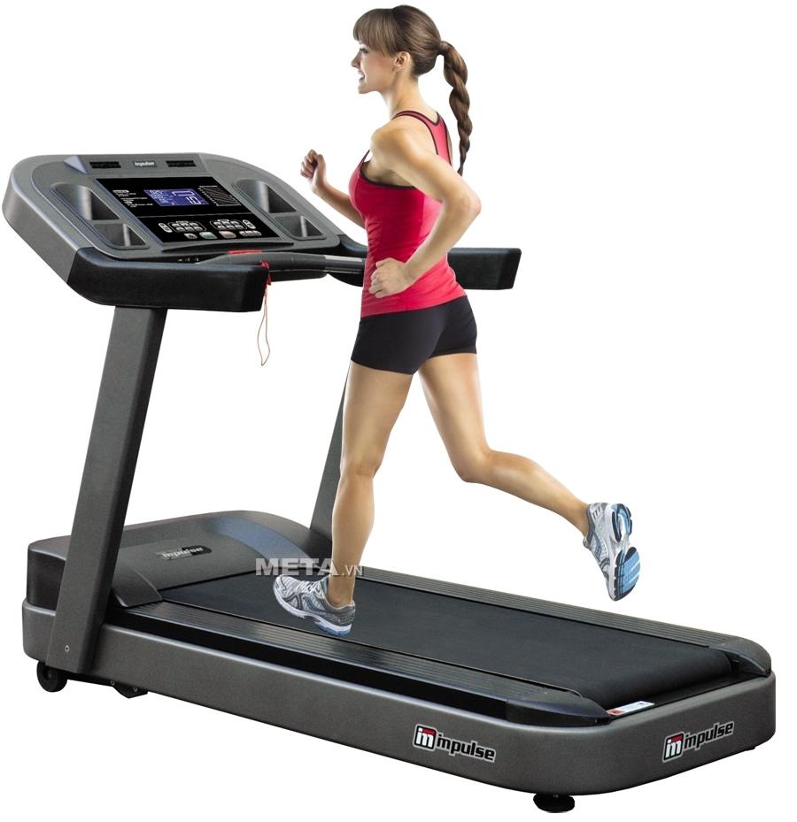 Máy chạy bộ điện có động cơ hỗ trợ khi chạy và màn hình hiển thị nhịp tim, tốc độ, lượng calo tiêu hao