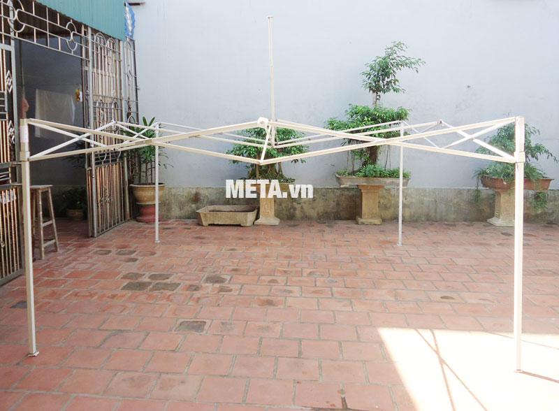 Khung nhà bạt di động 3m x 3m có 1 cột mái giúp chống đỡ bạt mái vững chắc.