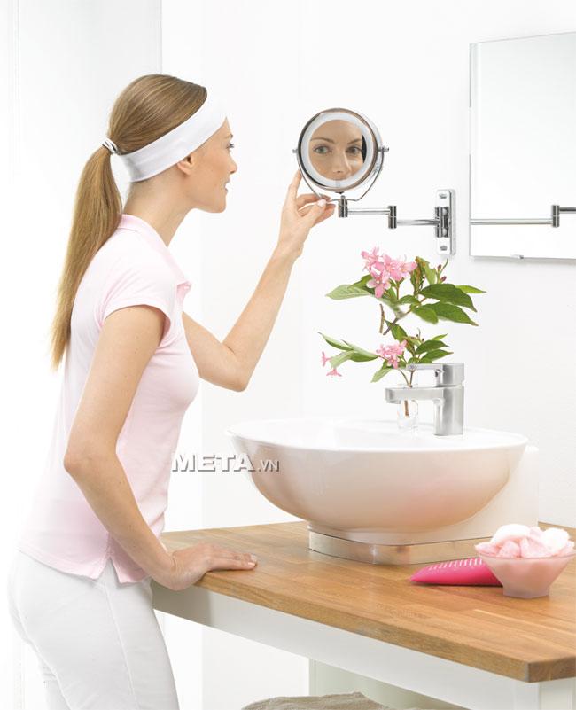 Gương trang điểm 2 mặt Beurer BS59 có thể phóng đại hình ảnh gấp 5 lần giúp trang điểm đẹp hơn.