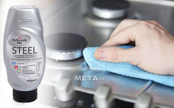 Chất tẩy rửa kim loại Astonish Pro Steel 550ml khi lau chùi trên bếp sẽ giữ bề mặt bếp luôn sáng bóng.