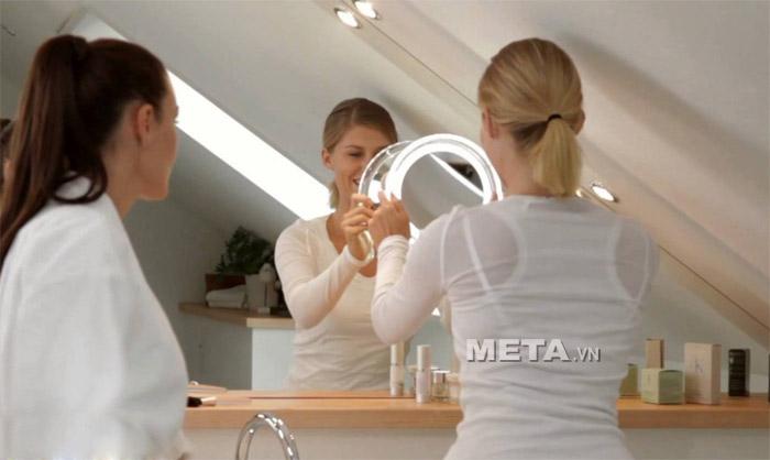Gương trang điểm gắn tường kèm đèn Led FCE79 được nhiều phụ nữ yêu thích và sử dụng.