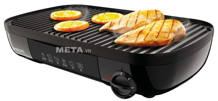 Vỉ nướng điện Philips HD-6320 thiết kế bề mặt có rãnh giúp nướng thịt không dính dầu mỡ.
