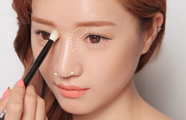 Hướng dẫn các bước trang điểm nhẹ cho gương mặt tròn