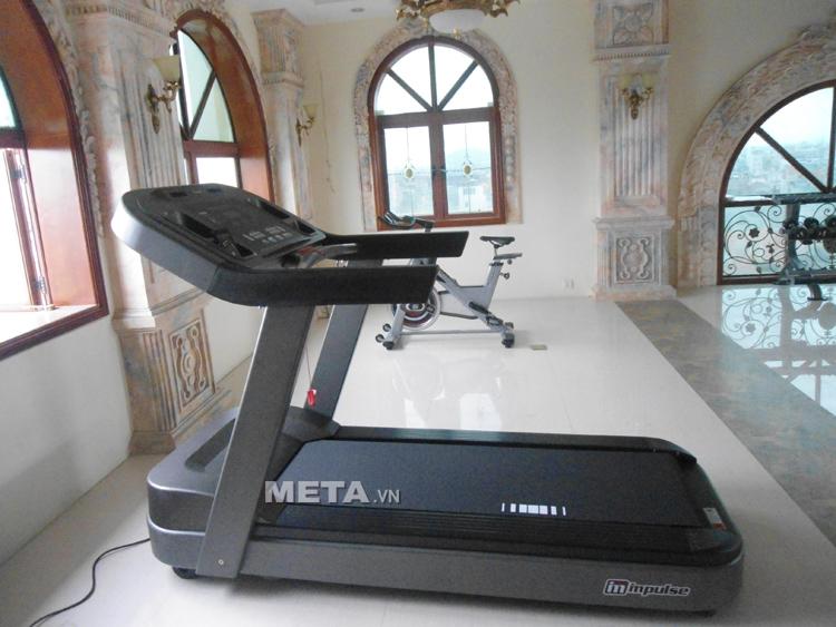 Hình ảnh máy chạy bộ điện cỡ lớn Impulse PT300 được lắp đặt tại phòng tập Gym ở Hải Phòng.