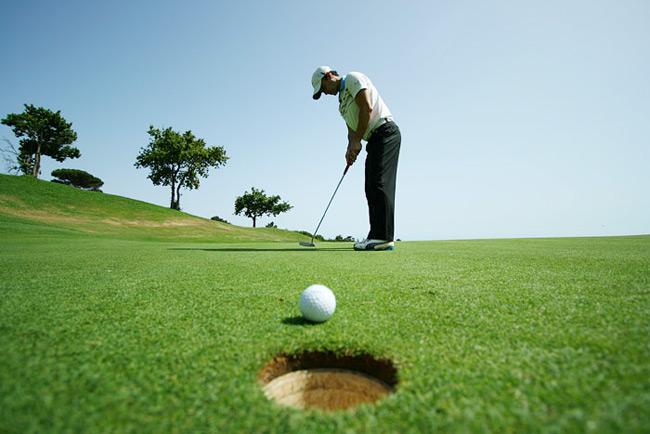 Người chơi Golf cần đánh trái bóng của mình từ nơi xuất phát (tee box) đến khi nó rơi vào green