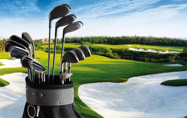 Sân golf được thiết kế có những hố cát, hồ nước, khoảng sân cỏ mấp mô để tạo độ khó cho những cú đánh golf