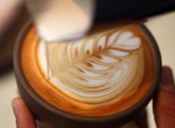 Dần hoàn thiện phần trang trí trên ly cafe
