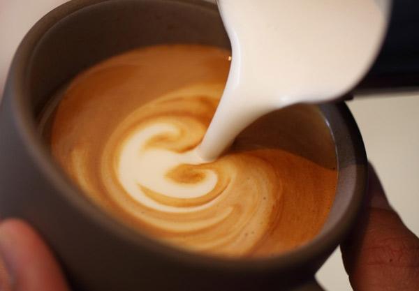 Bắt đầu tạo hình nghệ thuật Capuchino. Bọt sữa chính là nguyên liệu để tạo hình
