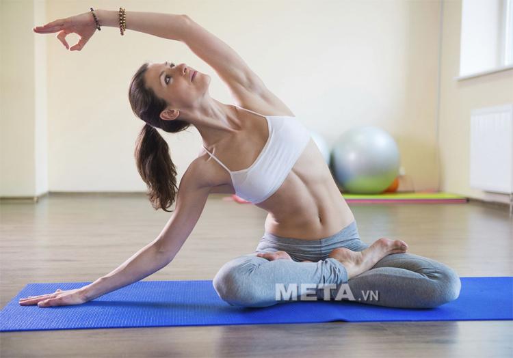 Tập Yoga với thảm Yoga TPE 8 ly