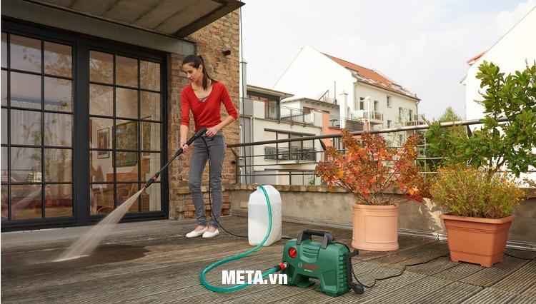 Máy rửa xe Bosch Aquatak-33-11 giúp rửa sân vườn cực sạch