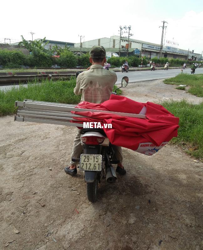 Bạn dễ dàng xếp gọn khung nhà bạt di động dễ dàng vận chuyển bằng xe máy.