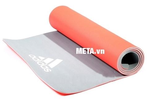 Thảm tập yoga Adidas 0,6cm ADYG-10600RDFL thiết kế 2 màu bắt mắt.