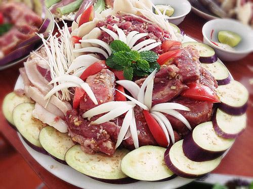 Khâu ướp nguyên liệu là khâu quan trọng để đảm bảo có được món nướng ngon nhất.