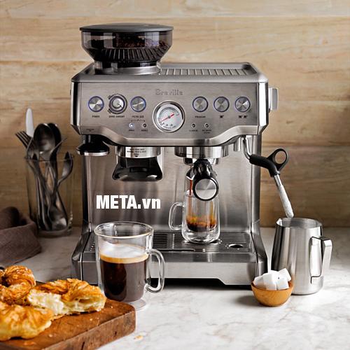 Máy pha cà phê Breville 870XL với vòi đánh sữa xoay 360 độ.