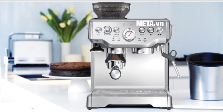 Máy pha cà phê Breville 870XL được thiết kế với màu bạc sang trọng.