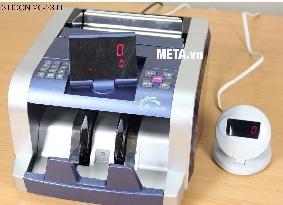Màn hình kéo dài của máy đếm tiền Silicon MC-2300 có màu trắng, dành cho khách hàng.