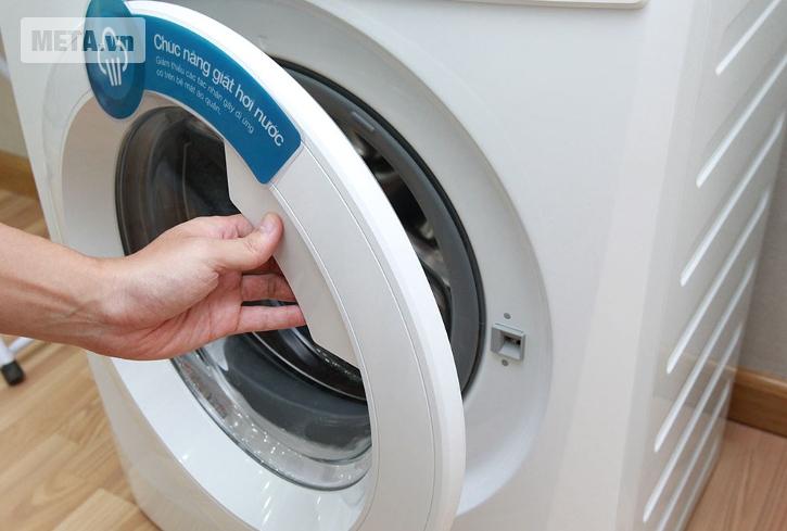 Máy giặt Electrolux EWF85743 thiết kế cửa trước tiện lợi.