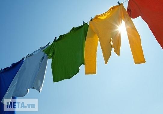 Máy giặt cửa trước 7.5 kg Electrolux EWF85743 vắt khô quần áo nhanh chóng.