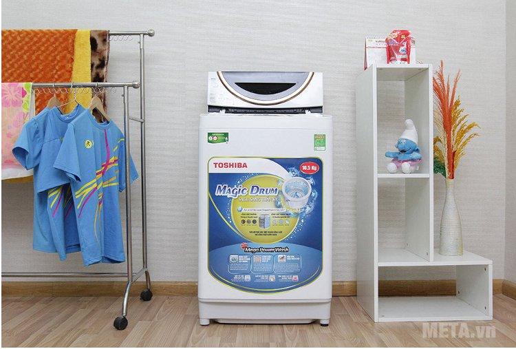Máy giặt cửa trên 10.5 kg Toshiba ME1150GVWK với thiết kế lồng đứng, nhỏ gọn, tiện dụng.