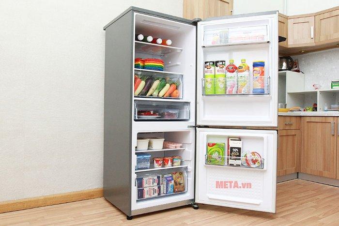Tủ lạnh có dung tích lớn, dữ trữ đủ lượng thực phẩm để phục vụ cho gia đình từ 6 đến 7 người.