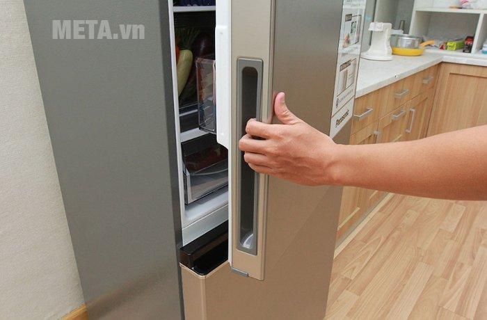 Cửa tủ được thiết kế với vỏ bằng thép bạc không gỉ.