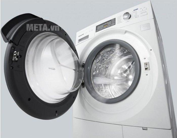 Cửa lồng giặt lớn, tiện lợi.