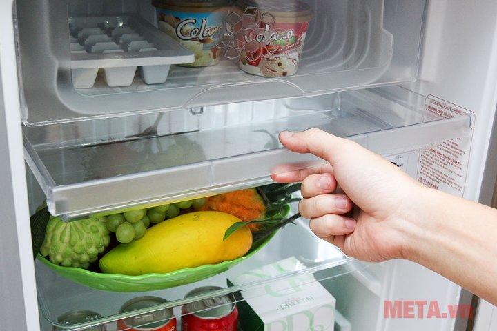Tủ lạnh 90 lít Aqua AQR-95AR với ngăn kệ chịu lực.