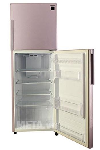 Các khay kệ của tủ lạnh 2 cửa Sharp 270E-PK 271L được thiết kế rộng và thoáng mát