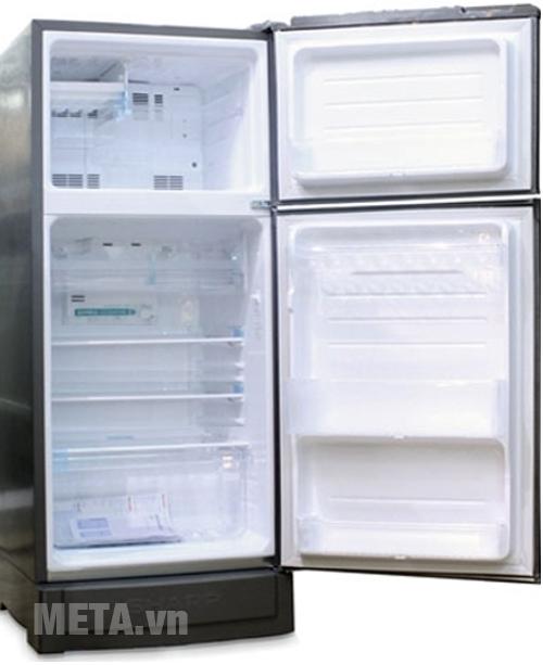 Mở cửa tủ lạnh 180 lít Sharp SJ-18VF2-BS để mùi nhựa thoát ra ngoài