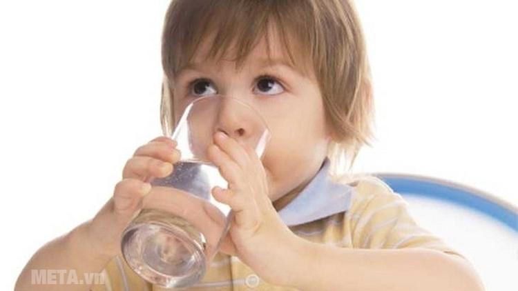 Cho bé uống nhiều nước để bổ sung lượng nước khi ngồi điều hòa.