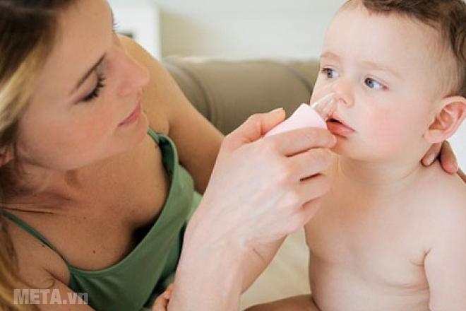 Thường xuyên vệ sinh vùng mũi cho trẻ khi ngồi điều hòa nhiều.