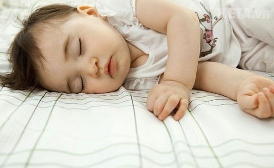 Trẻ dưới 3 tuổi chỉ nên để nhiệt độ điều hòa 27-28 độ.
