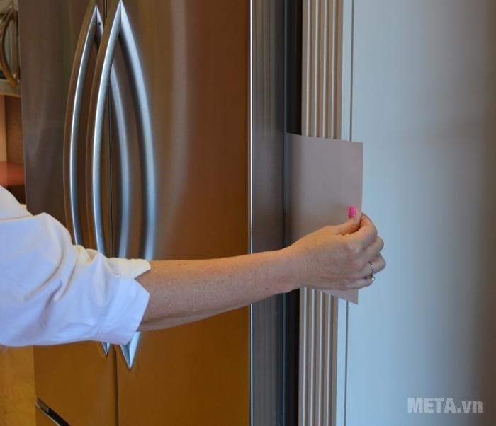 Kiểm tra độ kín của miếng đệm cửa.