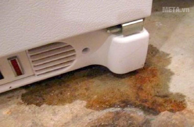 Đáy tủ lạnh bị rò rỉ nước.