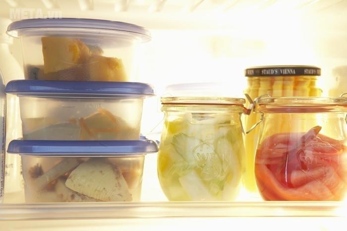 Nên dùng hũ và hộp thủy tinh đựng thức ăn.
