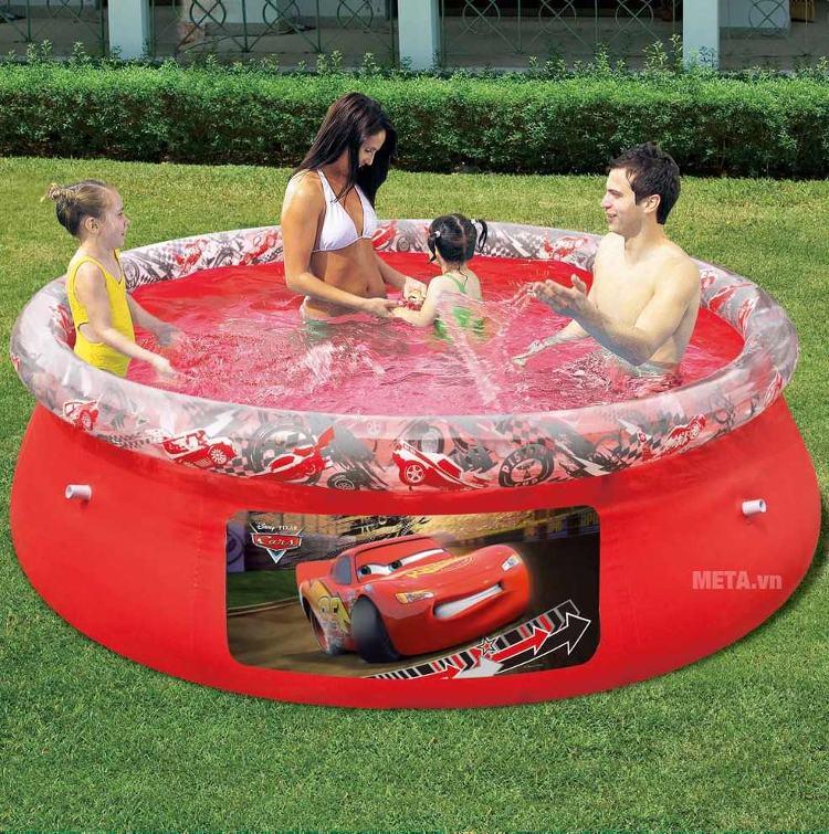Cả nhà cùng nhau vui đùa với bể bơi phao hình tròn