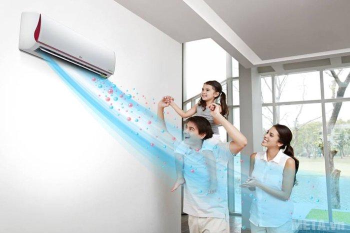 Ngồi trong trong phòng điều hòa lâu, nhất là khi ít vận động (khi ngủ, ngồi làm việc, xem ti vi...) dễ làm giảm thân nhiệt đột cơ thể