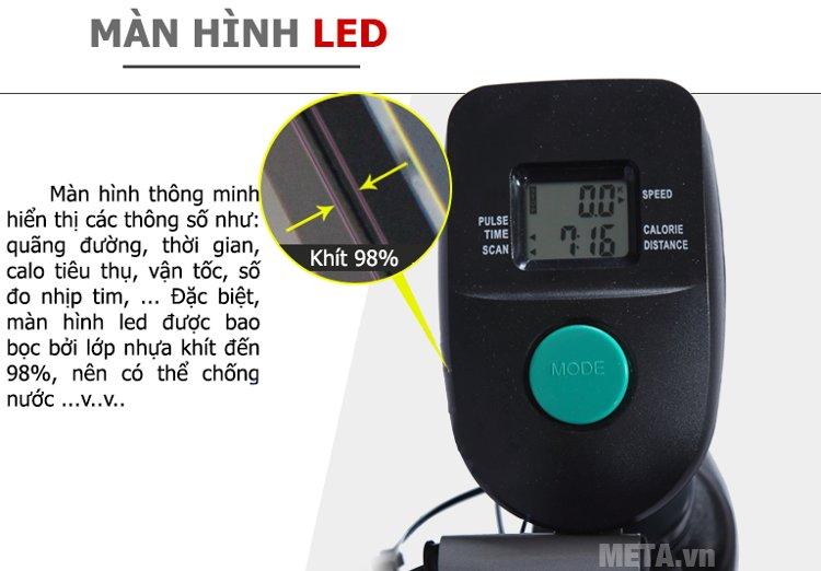 Xe đạp tập liên hoàn 8.2I sử dụng màn hình LED
