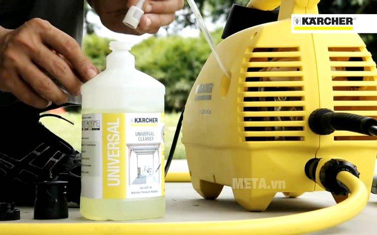 Máy phun rửa áp lực Karcher K2 420 có thể kết nối với chai chất tẩy rửa rời bên ngoài