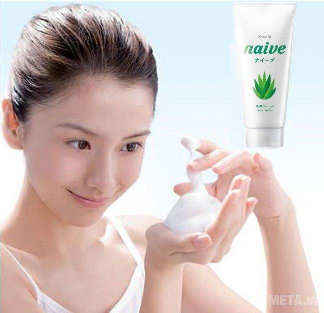 Sữa rửa mặt lô hội Naive 120g giúp làn da căng tràn, đầy sức sống
