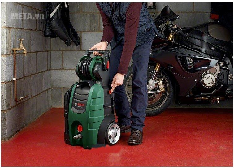 Máy rửa xe gia đình Bosch AQT 45-14X gọn nhẹ dễ dàng di chuyển và cất giữ.
